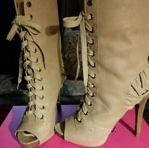 Betsey Johnson Lizzzy taupe size 7 boots
